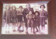 الوالدة- ام وديع, وردة حبيبي مع حفيداتها جهينة وراوية اميل حبيبي , واحفادها نجاة وسعاد وهالة وتوفيق ابناء الابنة ندى حبيبي عبود